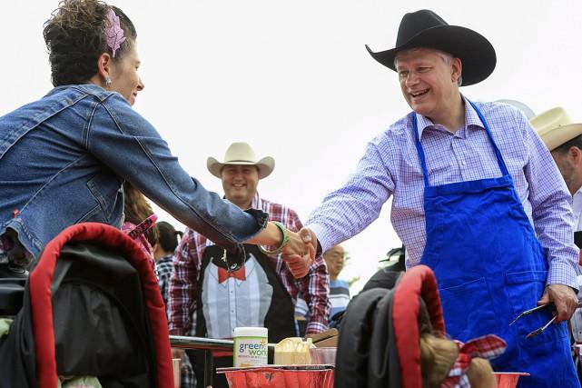 Stephen Harper, le premier ministre du Canada, serrait... (Photo Crystal Schick, Reuters)