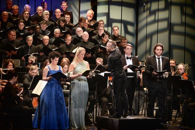 Yannick Nézet-Séguin, au centre, dirigeant l'Orchestre Métropolitain, le... (PHOTO CHRISTINA ALONSO, FOURNIE PAR LE FESTIVAL DE LANAUDIÈRE)