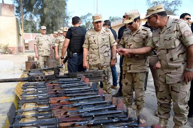 Le président Abdel Fattah al-Sissi revoit de l'équipement... (PHOTO MOHAMED ABDELMOATY, EGYPTIAN PRESIDENCY / AFP)