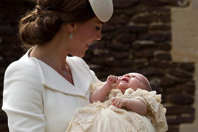 Charlotte, dans les bras de sa mère, Kate... (Photo Matt Dunham, AP)