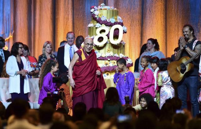 Le dalaï lama a célébré son anniversaire dimanche... (PHOTO AFP)