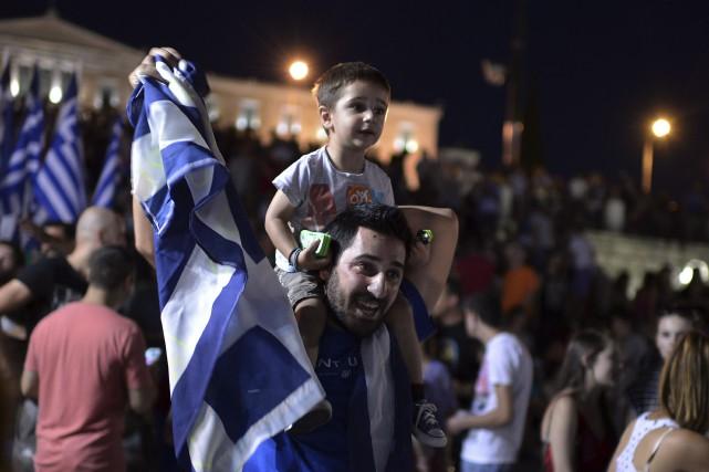 Arborant des drapeaux grecs et des pancartes «Non»,... (Agence France-Presse)