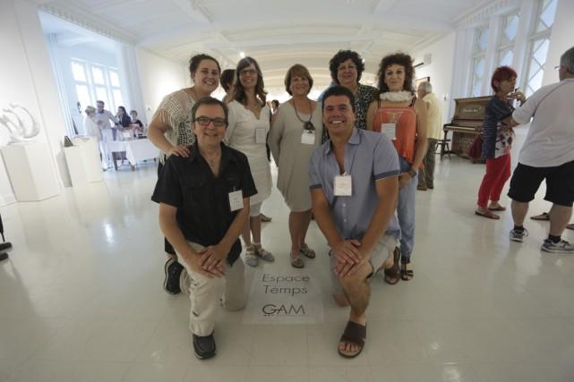 Sept des douze membres du Groupe d'Art Multidisciplinaire... (photo Catherine Trudeau)