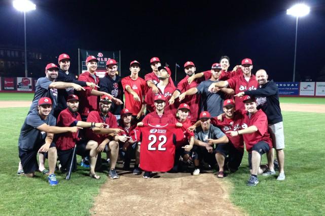 Les joueurs et les membres du personnel d'entraîneurs... (Photo: courtoisie)