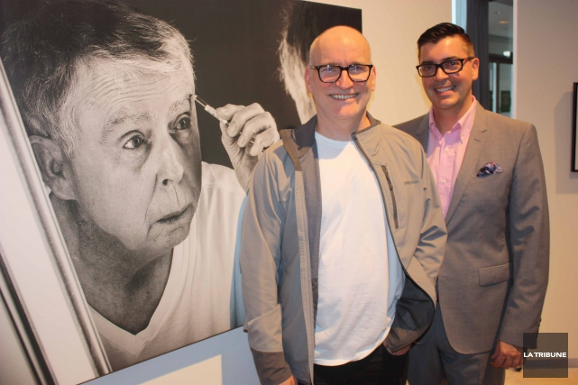 Le photographe Daniel Desrochers en compagnie du fils... (La Tribune, Yanick Poisson)