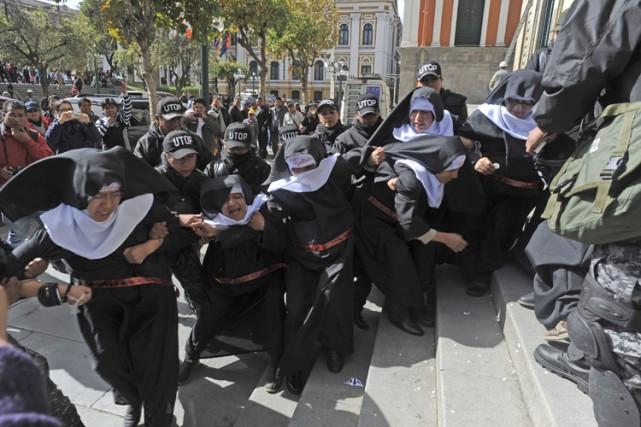 Les militantes ont occupé les marches de la... (PHOTO AFP)