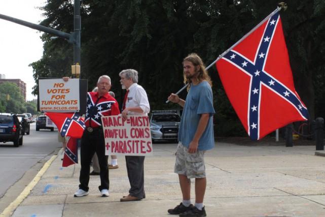 Des manifestants ont brandi le drapeau confédérédevant le... (PHOTO AP)