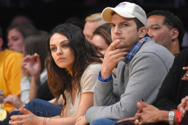 Mila Kunis et Ashton Kutcher pendant un match... (ARCHIVES AP)