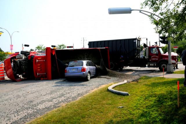 Un accident spectaculaire impliquant deux camions et une voiture survenu lundi... (Photo collaboration spéciale Éric Beaupré)