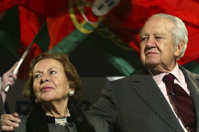 Maria Barroso en compagnie de son mari Mario... (PHOTO ARCHIVES AP)