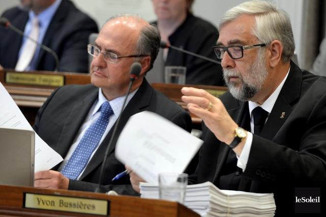 Deux membres de l'opposition à l'hôtel de ville... (Photothèque Le Soleil, Erick Labbé)