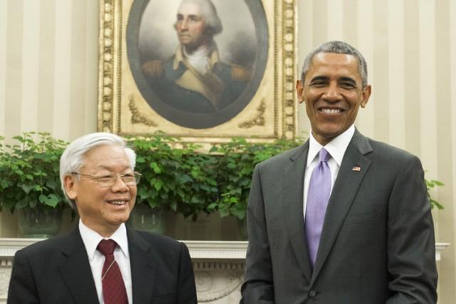 Souriants et plutôt décontractés, Nguyen Phu Trong et... (PHOTO AFP)