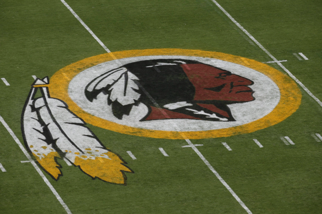 Le logo des Redskins de Washington... (Photo Alex Brandon, archives AP)