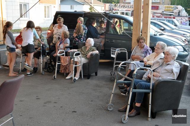 Plusieurs dizaines de personnes âgées ont dû être... ((Photo Le Quotidien-Rocket Lavoie))