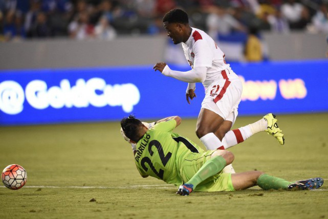 Cyle Larin (21) et Derby Carrillo (22)... (PHOTO KELVIN KUO, USA TODAY SPORTS)