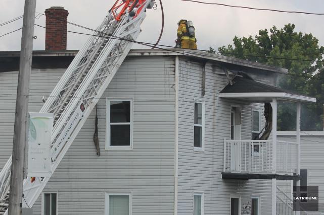 Un incendie a fait un mort tôt en matinée hier à Asbestos, dans un édifice... (La Tribune, Yvan Provencher)