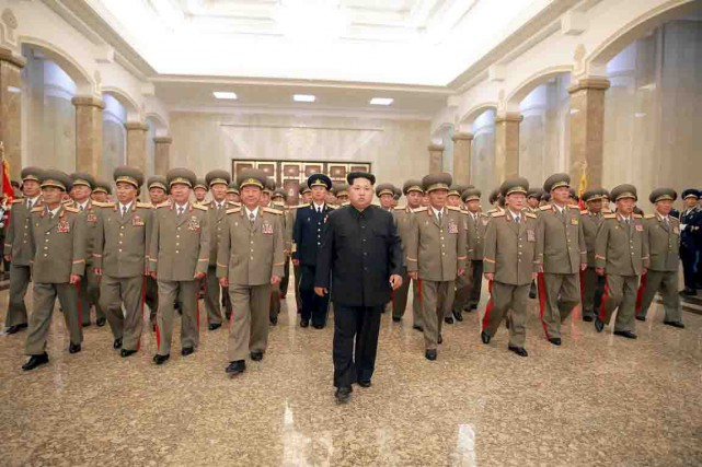 Le dictateur Kim Jong-un entouré de soldats de... (PHOTO archives REUTERS/KCNA)