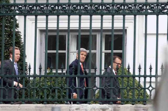Le secrétaire d'État américain John Kerry marche à... (PHOTO RONAL ZAK, AP)