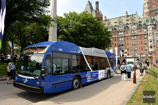 Le Réseau de transport de la Capitale (RTC) a présenté jeudi son nouvel autobus... (Le Soleil, Patrice Laroche)