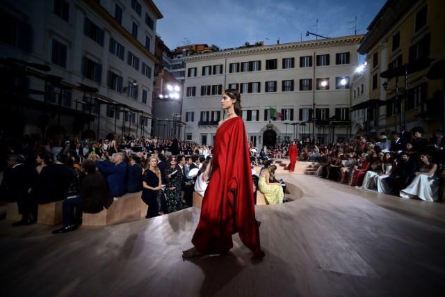 Certaines robes ont nécessité des centaines d'heures de... (Photo FILIPPO MONTEFORTE, AFP)
