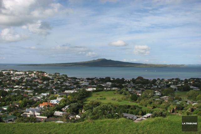Du quartier de Devonport, en Nouvelle-Zélande, on aperçoit... (La Tribune, Jonathan Custeau)