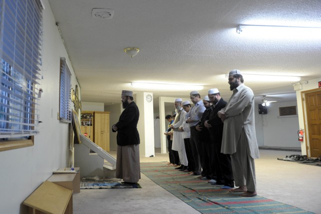 Des musulmans prient dans une mosquée de Calgarie,... (Photo Clément Sabourin, archives AFP)