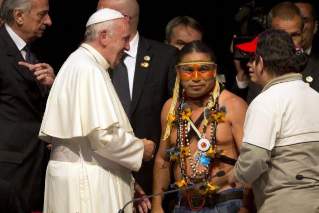 Le pape François parle à des leaders autochtones... (Photo Rodrigo Abd, AP)