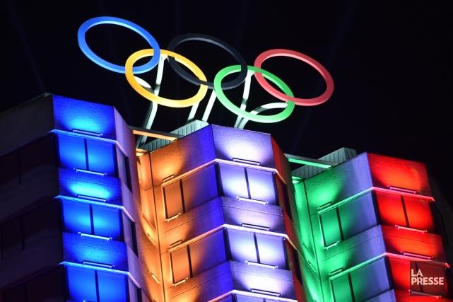 Les anneaux olympiques sur la Maison olympique, jeudi... (PHOTO BERNARD BRAULT, LA PRESSE)