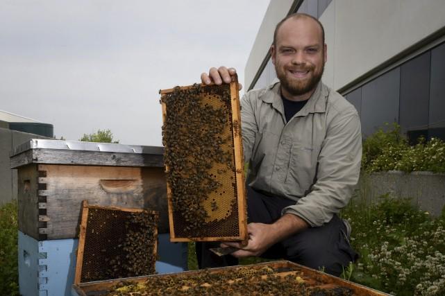 L'apiculteur Raphaël Fort exploite deux ruches sur le... (François Gervais)