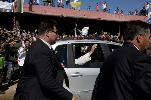 Le souverain pontife salue la foule depuis la... (PHOTO RODRIGO ABD, AP)