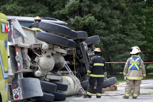 Le conducteur d'une bétonnière s'est retrouvé coincé pendant... (PHOTO: STÉPHANE LESSARD)