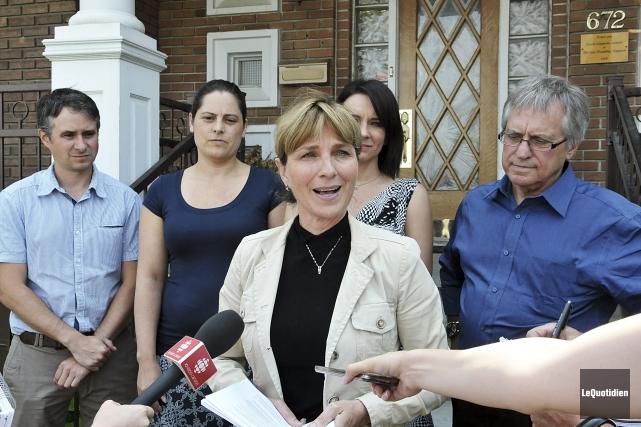 Entourée de ses attachés politiques et du président... (Photo le Quotidien, Rocket Lavoie)