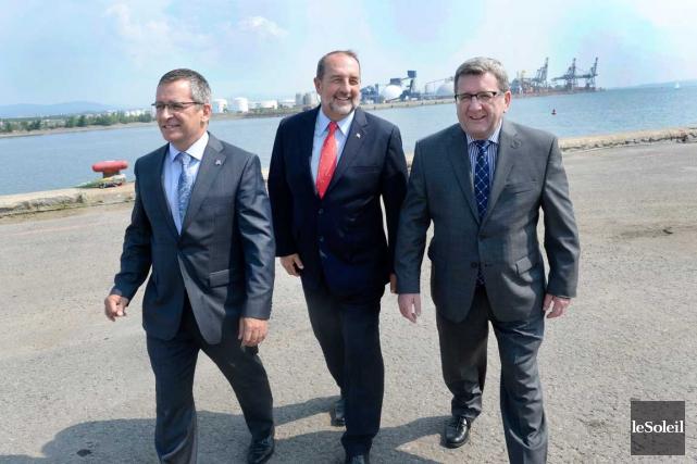 Le ministre de l'Infrastructure, Denis Lebel (au centre)... (Photo Le Soleil, Jean-Marie Villeneuve)