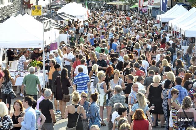 Les visiteurs s'agglutinaient sur la rue Racine tôt... (Photo le Quotidien, Rocket Lavoie)