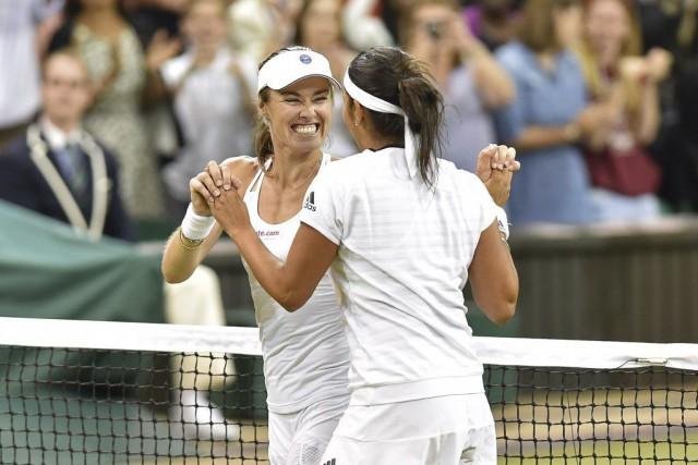 Martina Hingis et sa partenaire Sania Mirza... (PHOTO GLYN KIRK, AFP)