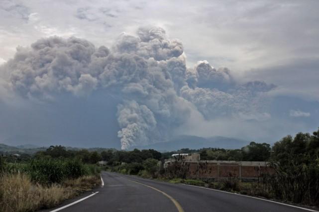Le volcan Colima, situé entre les États de... (Photo HECTOR GUERRERO, AFP)