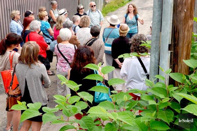 Marie-Ève Sévigny anime une promenade à pieds dans... (Photo Le Soleil, Erick Labbé)