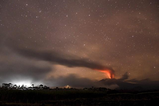 L'éruption volcanique s'est produite en pleine haute saison... (Photo Antara Foto / Reuters)