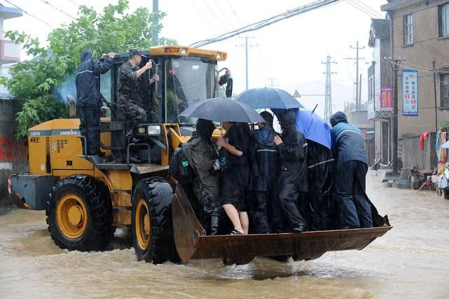 Des citoyens sont évacués dans l'est de la... (Photo Reuters)