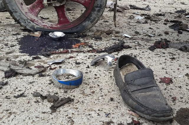 Une chaussure repose au milieu de la rue... (PHOTO IBRAHEEM RAHIM, ARCHIVES AFP)