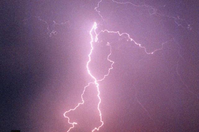 Un orage violent a frappé le sud de l'Alberta dans la nuit de samedi à dimanche... (ARCHIVES AP)