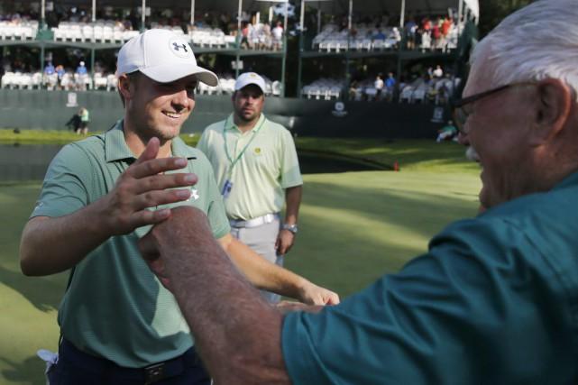 Jordan Spieth célèbre sa victoire avec son grand-père... (PHOTO CHARLES REX ARBOGAST, AP)