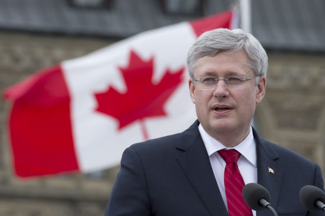 Le gouvernement (photo: le premier ministre Harper) remet... (Archives La Presse Canadienne)