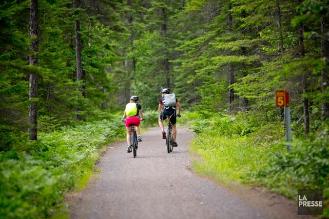 Des cyclistes utilisent les sentiersdu parc national de... (PHOTO DAVID BOILY, LA PRESSE)