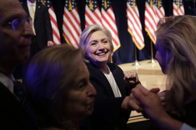 Hillary Clinton a serré la main de quelques... (PHOTO SETH WENIG, AP)