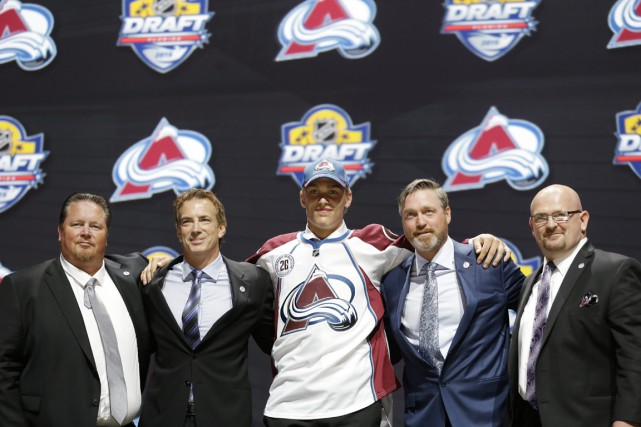 Mikko Rantanen en compagnie de l'état-major de l'Avalanche,... (Photo Alan Diaz, AP)