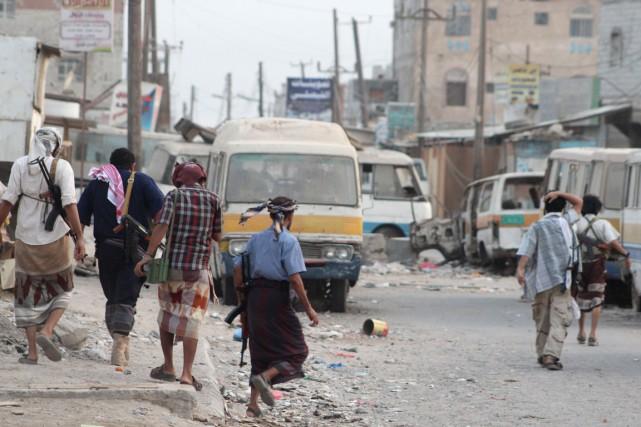 Des combattants dans une rue d'Aden. De nombreux... (Photo SALEH AL-OBEIDI, archives AFP)