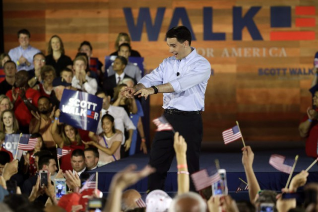 Scott Walker applique des réformes épousant l'orthodoxie républicaine,... (PHOTO AP)