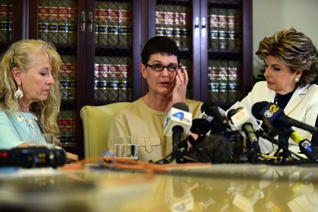 L'avocate-vedette Gloria AllredAllred (à droite) a souligné que... (PHOTO AFP)