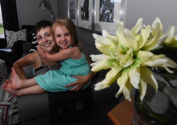 Mélissa Gagnon et sa fille Camille reçoivent un... (photo: François Gervais)